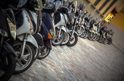 Motorcyklar i gatorna av italienska städer Royaltyfri Bild