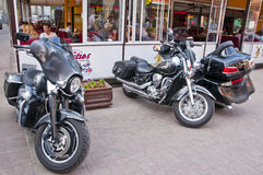 Motorcyklar near cafen Arkivfoton