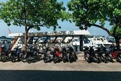 Motorcyklar och fartyg i staden av mannen, huvudstaden av Maldiverna Royaltyfria Foton