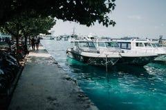 Motorcyklar och fartyg i staden av mannen, huvudstaden av Maldiverna Royaltyfria Bilder