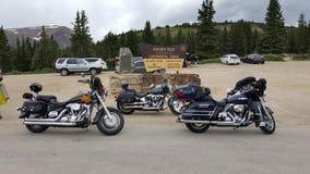Motorcyklar på den kontinentala skiljelinjen arkivbilder