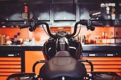 Motorcyklar på golvet med seminariumhjälpmedel, ett modernt garage, lagring och reparation Denna cykel ska vara perfekt reparera  Arkivfoton