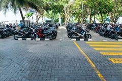 Motorcyklar parkeras på parkeringsplatsen i staden av mannen, huvudstaden av Maldiverna Arkivbilder