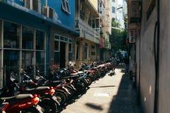 Motorcyklar parkeras på parkeringsplatsen i staden av mannen, huvudstaden av Maldiverna Royaltyfria Foton