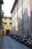 Motorcyklar som parkeras i gränd royaltyfri fotografi