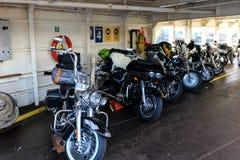 Motorcyklar ställde upp i en färja på en solig dag Arkivfoto