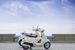 Motorcyklar vid havet Royaltyfri Foto
