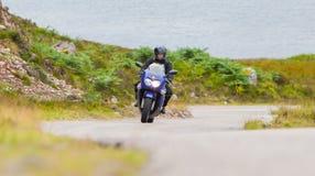 Motorcyklist i den skotska Skotska högländerna Royaltyfri Bild