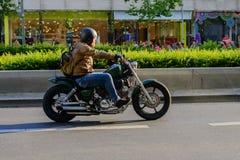 Motorcyklist i Kurfurstendamm Berlin Arkivbild