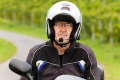 Motorcyklist med hörlurar med mikrofon Royaltyfri Fotografi