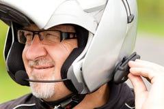 Motorcyklist med hörlurar med mikrofon Royaltyfri Bild
