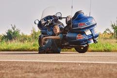 Motorcyklist med mopeden Royaltyfria Foton