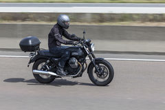 Motorcyklist på den Moto Guzzi motorcykeln Royaltyfri Fotografi