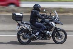 Motorcyklist på en BMW motorcykel Arkivfoton