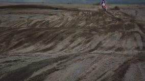 Motorcyklist på spårenduroen lager videofilmer