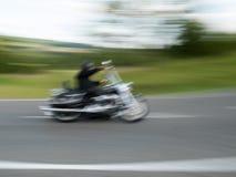 Motorcyklist som tas med rörelsesuddighet 1 royaltyfri bild