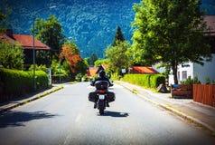Motorcyklist som turnerar längs Österrike Royaltyfria Bilder