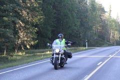 Motorcyklisten hälsar Arkivbild