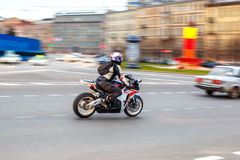 Motorcyklisten rider på hastighet på stadsvägar, kan 2018, St Petersburg arkivfoto