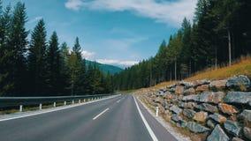 Motorcyklistritter på en härlig landskapbergväg i Österrike Första-personen beskådar lager videofilmer