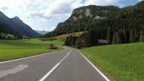 Motorcyklistritter på en härlig landskapbergväg i Österrike Första-personen beskådar stock video