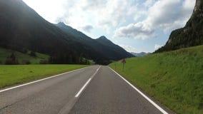 Motorcyklistritter på en härlig landskapbergväg i Österrike Första-personen beskådar arkivfilmer