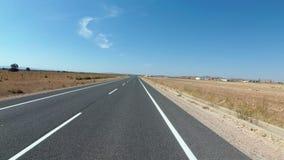 Motorcyklistritter på ett härligt landskap deserterar den sceniska och tomma vägen i Spanien Första-personen beskådar stock video
