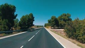 Motorcyklistritter på ett härligt landskap deserterar den sceniska och tomma vägen i Spanien Första-personen beskådar arkivfilmer