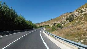 Motorcyklistritter på landskapberget deserterar den sceniska och tomma bergvägen i Spanien Första-personen beskådar arkivfilmer