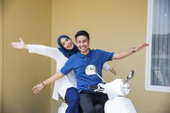 Motorcyle мусульманских пар ехать стоковые изображения rf