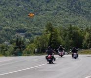 Motorcylists dans le Breton de cap image stock