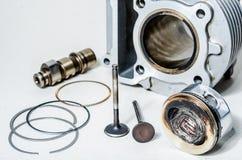 Motordelar: pistong, kamaxel och cylinder. arkivbilder