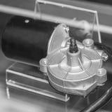 Motore con il riduttore lato anteriore del tergicristallo sul supporto immagini stock