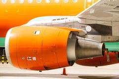 Motore dell'aeroplano dipinto in arancia Primo piano immagine stock
