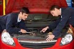 Motore della correzione di Helping Trainee To del meccanico Immagine Stock Libera da Diritti