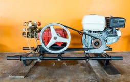 Motore della riparazione aspettante dell'imbarcazione a motore della coda lunga sulla parete arancio fotografie stock libere da diritti