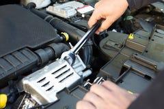 Motore di automobile di Holding Spanner Fixing del meccanico Fotografia Stock Libera da Diritti