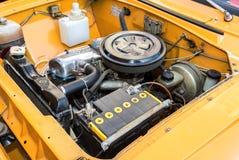 Motore di automobile di vecchio veicolo sovietico Moskvich-412, sotto il cappuccio di immagini stock