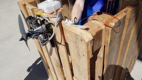 Motore di prova di due maschi dell'aereo controllato radiofonico del giocattolo dopo la riparazione Concetto di tecnologia video d archivio