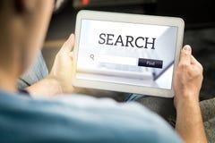 Motore di ricerca app sullo schermo della compressa fotografia stock libera da diritti
