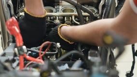 Motore di riparazione dell'ingegnere del motociclo video d archivio