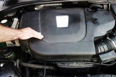 Motore diesel dell'automobile del controllo del lavoratore fotografia stock libera da diritti