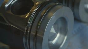 Motore diesel Fine di riparazione del motore in su In strumento delle mani stock footage