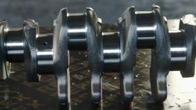 Motore diesel Fine di riparazione del motore in su In strumento delle mani Asse del ginocchio video d archivio