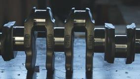 Motore diesel Fine di riparazione del motore in su In strumento delle mani Asse del ginocchio archivi video