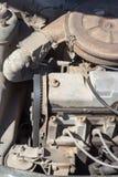 Motore funzionante di vecchia automobile fotografia stock libera da diritti