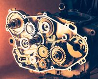 Motore smontato del motociclo con le ruote dentate dell'ingranaggio Fotografia Stock