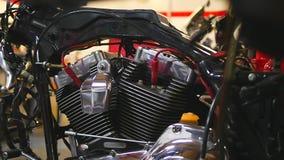 Motore smontato del motociclo nel garage video d archivio