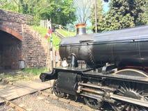 Motore a vapore che aspetta per lasciare stazione immagini stock