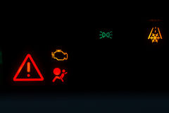 Motoremissies licht waarschuwen toont op een zwarte achtergrond Royalty-vrije Stock Fotografie
